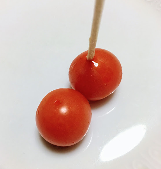 ミニトマトに爪楊枝で穴を開けた写真