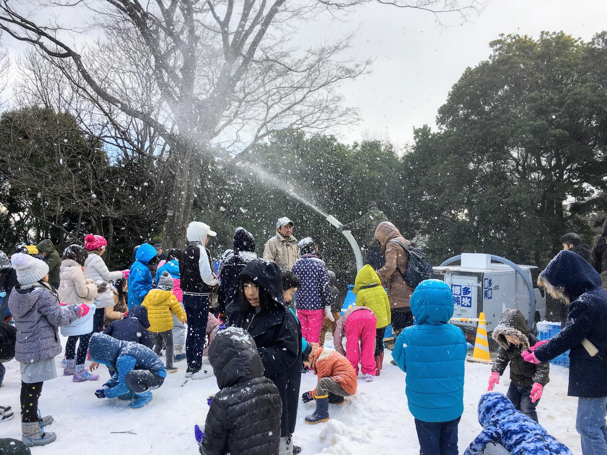 福岡市動植物園の雪まつり降雪ショー
