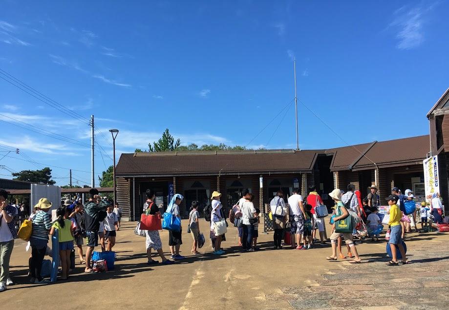 海の中道駅口でサンシャインプールに並ぶ列