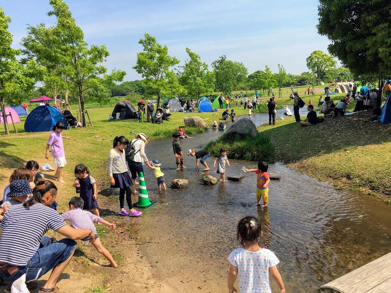 吉野ヶ里歴史公園で川遊びする様子