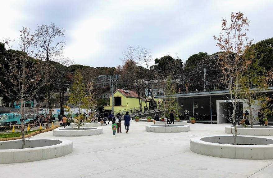 福岡市動物園エントランス横広場