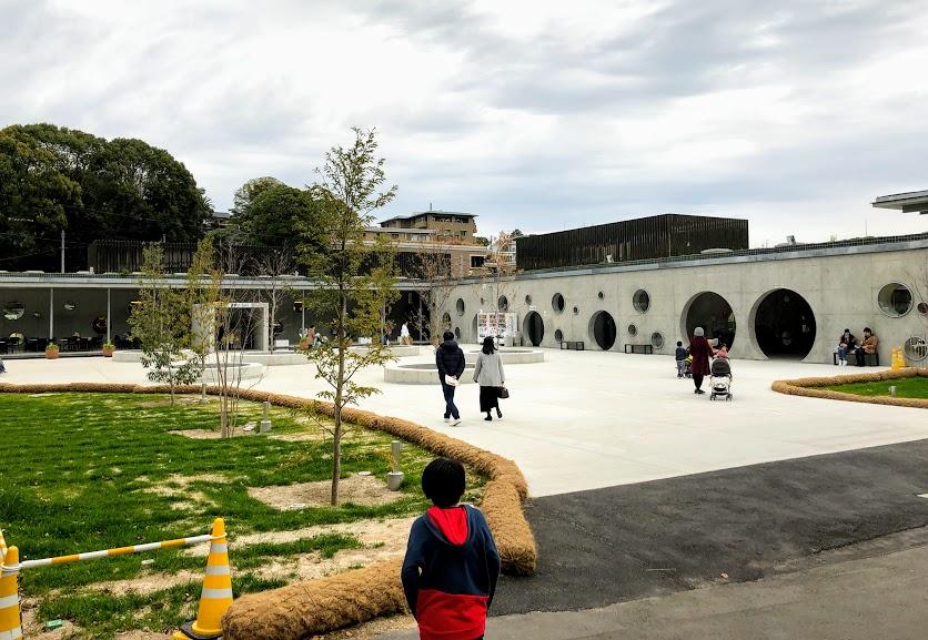 福岡市動物園のエントランス横広場